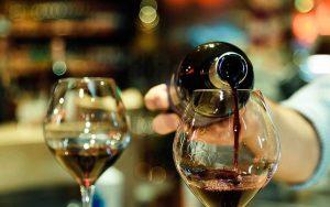 Come si versa il vino