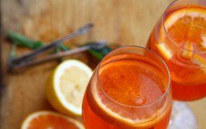 Cocktail vino bianco e arancia