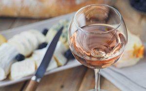L'abbinamento del vino rosato al cibo
