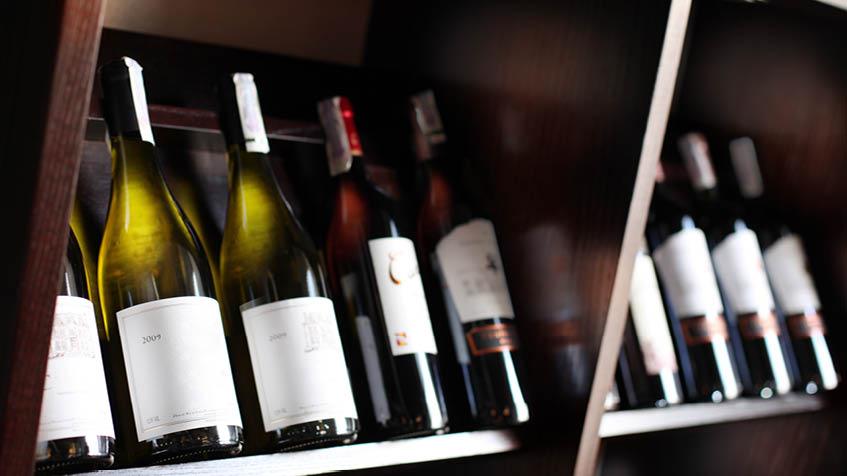 Come esporre le bottiglie di vino in casa